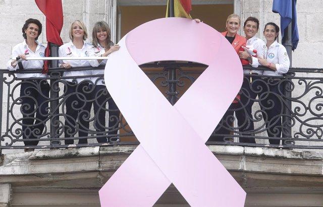 Cifuentes en el balcón con la Real Casa de Correos con el lazo rosa