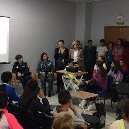 La delegada del Gobierno en Madrid imparte una charla a niños sobre acoso escola