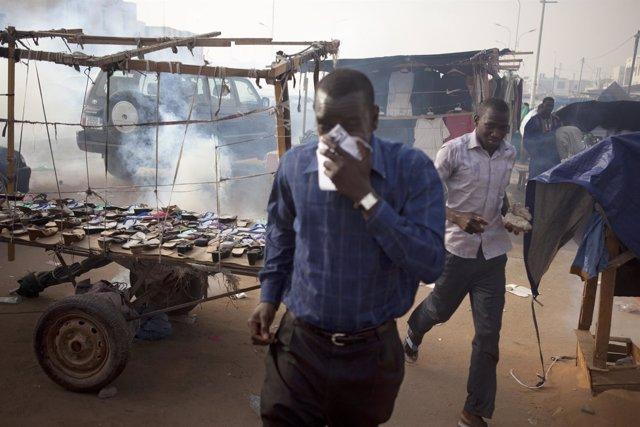 Manifestantes huyen del gas lacrimógeno durante las protestas abolicionistas.