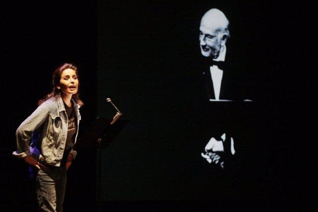Blanca Marsillach recitando junto a su padre en la representación