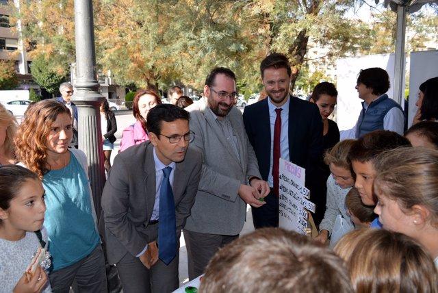 El alcalde de Granada y los delegados de la Junta con pequeños emprendedores