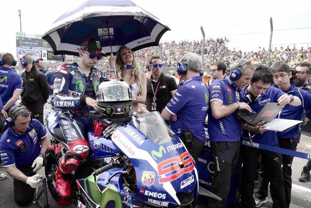 Jorge Lorenzo preparado en la parrilla de salida del GP de Francia