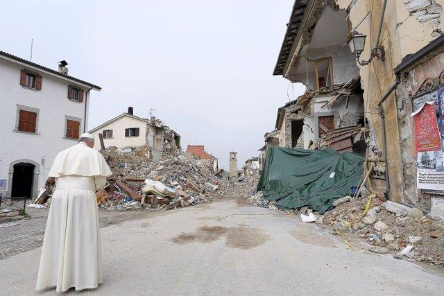 Papa Francisco visita por sorpresa Amatrice, Italia.