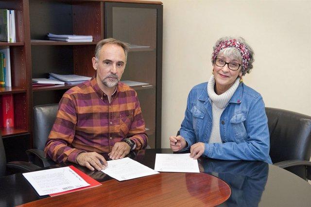 Roberto Pérez Elorza y Amelia Gurrucharri firman el convenio.