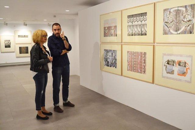 Ruz y Fernández contemplan varias obras de la muestra