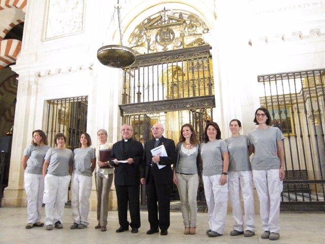 Pérez Moya, entre Barrena y Obrero, con las restauradoras, ante la capilla
