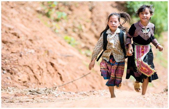Niñas corriendo camino de la escuela