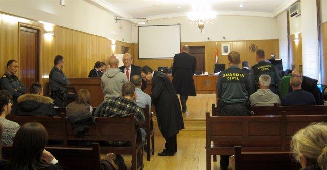Los acusados y sus letrados, al inicio de la primera sesión del juicio.