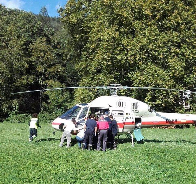 Imagen del traslado en helicóptero del herido