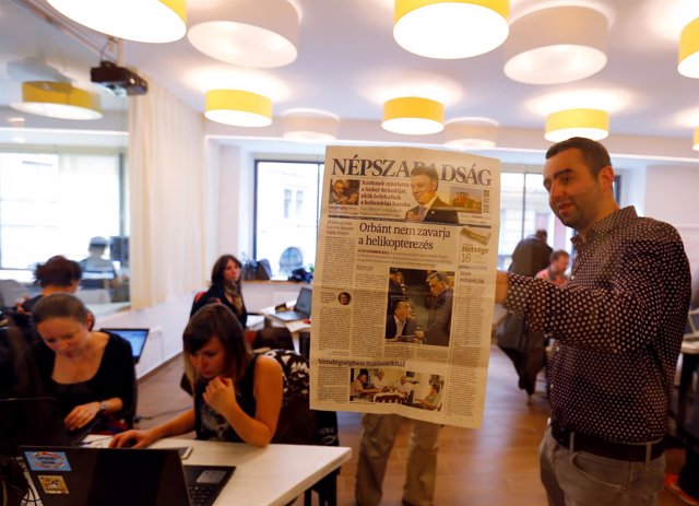 Periodistas del diario cerrado Nepszabadsag en una redacción temporal