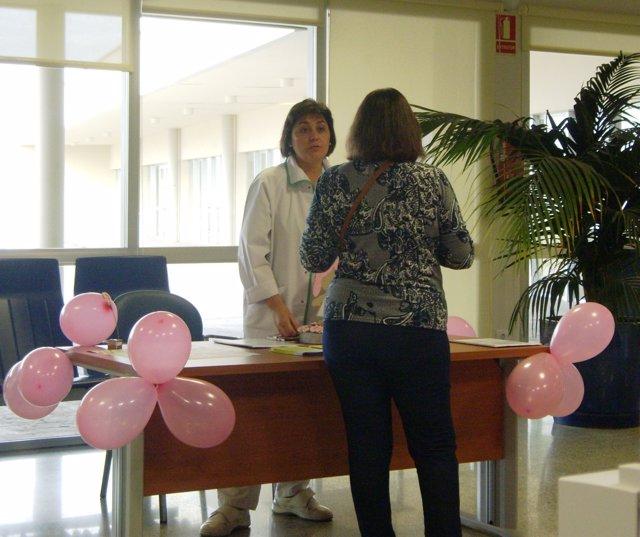 Mesa informativa instalada en el hospital