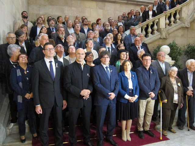 C.Puigdemont, C.Forcadell y diputados con víctimas del franquismo