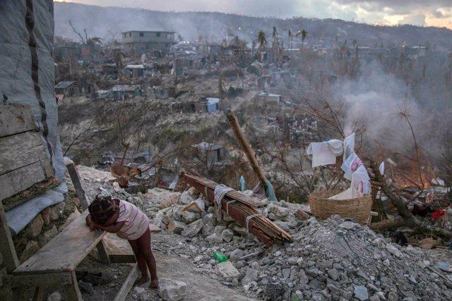 Una niña en medio de la destrucción tras el terremoto en Haití