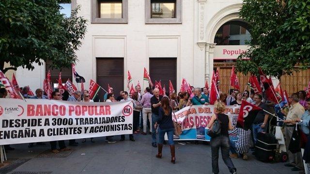 Trabajadores del Banco Popular  se concentran en Sevilla.