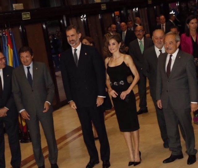 Los Reyes de España en el centro