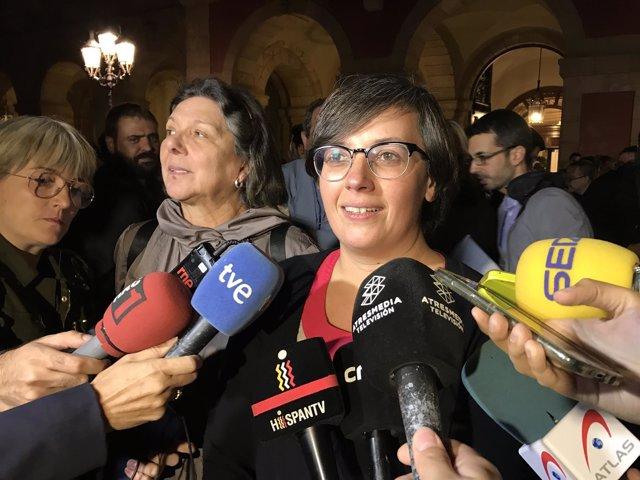 Las diputadas de la CUP Mireia Boya y Gabriela Serra frente al Parlament