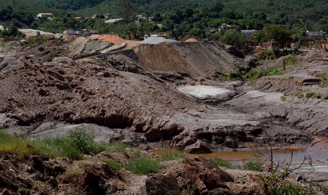 Destrozos provocados por el derrumbe de una presa en Brasil.