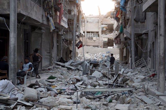 Destrozos causados por un ataque aéreo en el este de Alepo