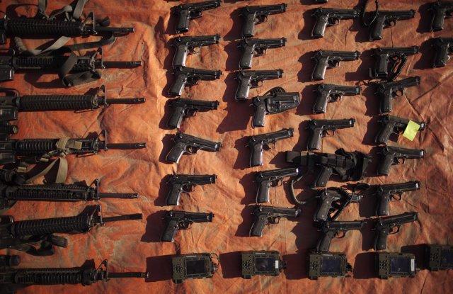 Rifles M16 y pistolas M9.