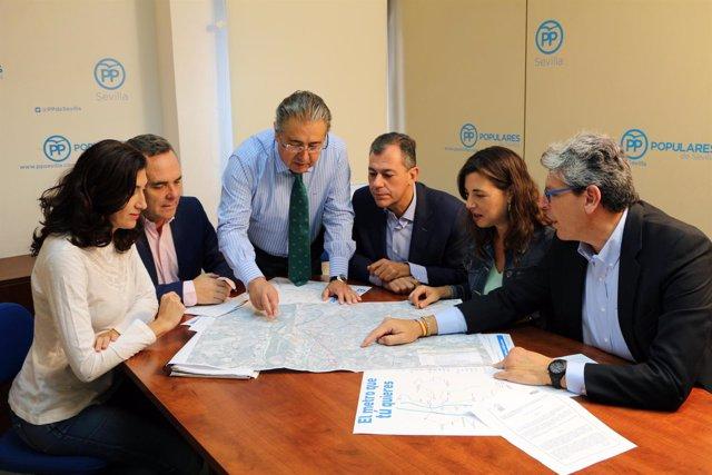 Bueno y Zoido, junto a otros dirigentes del PP de Sevilla