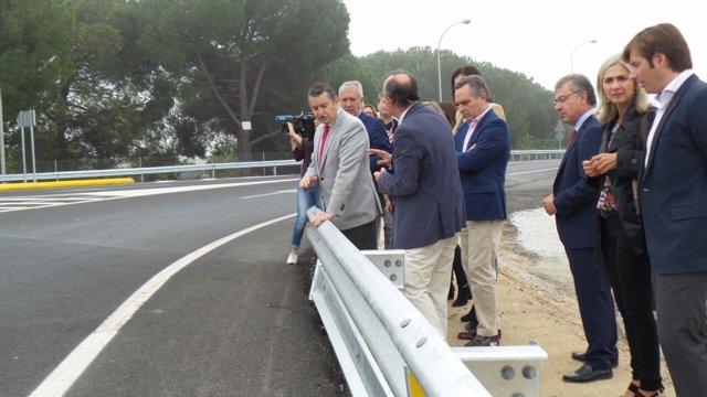 Sanz visita la remodelación del enlace Umbrete- Bollullos de la Mitación