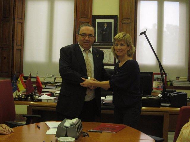 El rector, José Orihuela, y la alcaldesa de Campos del Río, María José Pérez