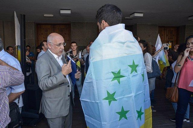 El presidente del Cabildo de Gran Canaria conversando con un manifestante