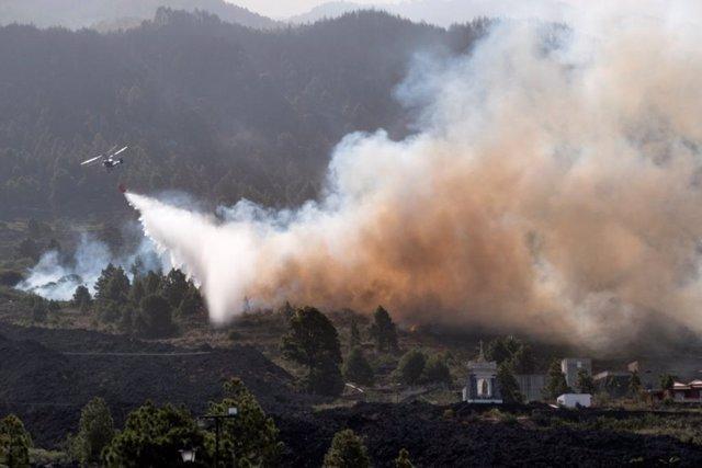 Intervención de medios aéreos en el incendio de La Palma
