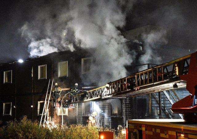 Los bomberos extinguen un incendio en un centro de detención de Estocolmo.