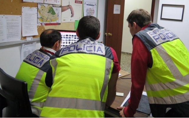 Agentes de la Policía Nacional durante la investigación