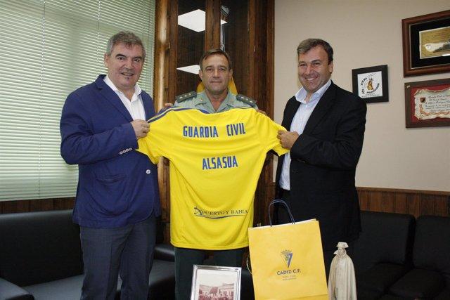El Cadiz Cf Entrega Una Camiseta Firmada Como Apoyo A Los Guardias Civiles De Al