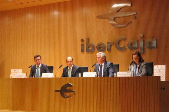 Conferencia de Escolano (izq) en Ibercaja.