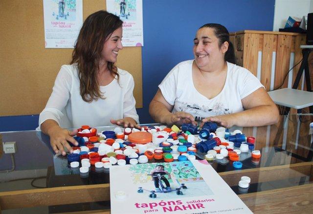 Una familia de Pontevedra reúne tapones para tratar a su hija.
