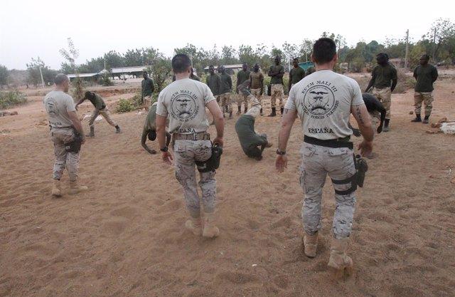 Militares españoles instruyen a soldados malienses.