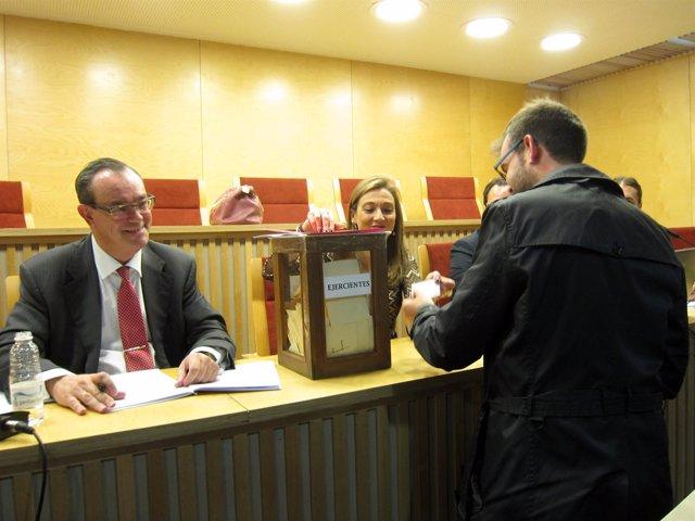 Uno de los letrados, en el momento de la votación.