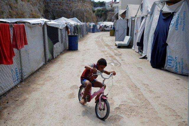 Un niño refugiado en un campo de refugiados en Chios