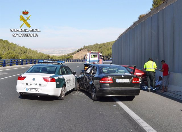 Accidente de tráfico y choque contra vehículo de la Guardia Civil