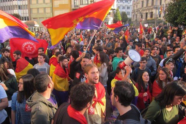 Las protestas contra los Premios Princesa a la llegada de los Reyes al Campoamor