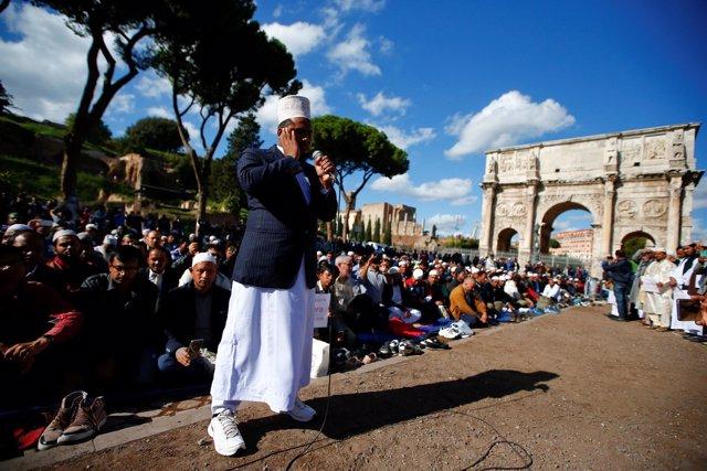 Cientos de musulmanes rezan cerca del Coliseo de Roma