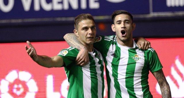 Joaquín y Sanabria celebran un gol del Betis