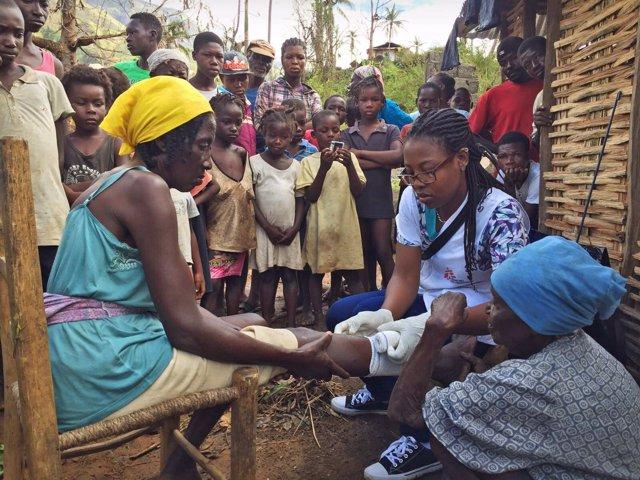 Una enfermera de MSF atiende a una mujer tras el paso de 'Matthew' en Haití