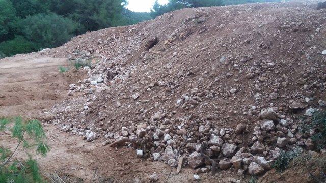 Vertedero ilegal de escombros en una zona ANEI