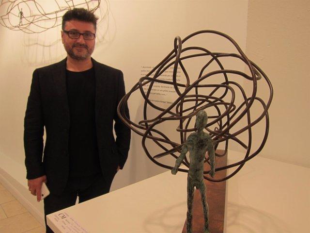 El escultor Alonso Márquez con una de sus obras