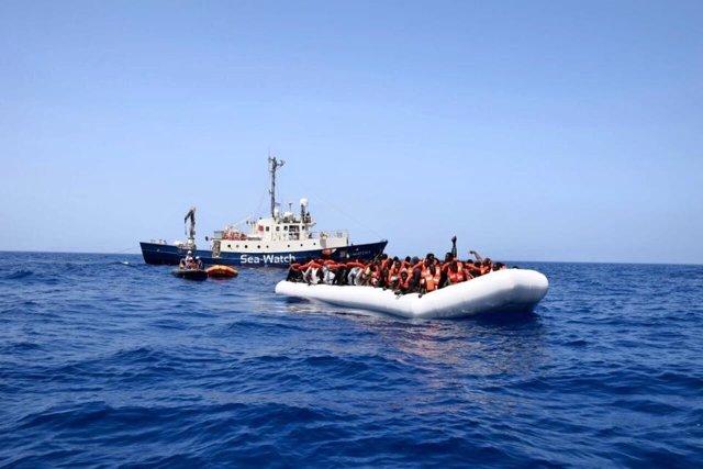 Inmigrantes durante un rescate del 'Sea-Watch 2'