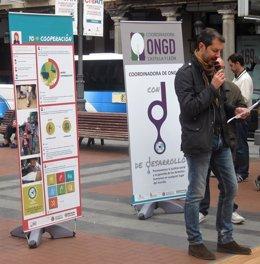 Roberto Lozano en la lectura del manifiesto contra la pobreza