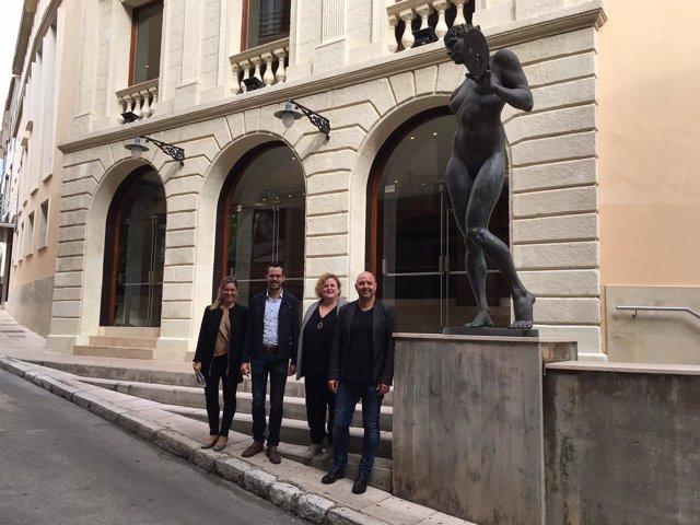 La consellera Mateu visita el Teatro Principal de Mahón