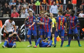 Neymar recibe un botellazo en Mestalla