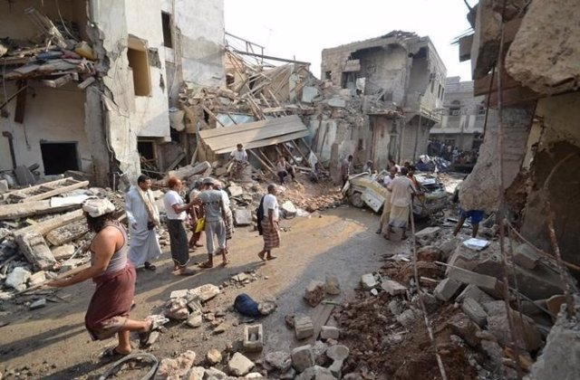 La ciudad yemení de  Hodeidah después de un ataque.