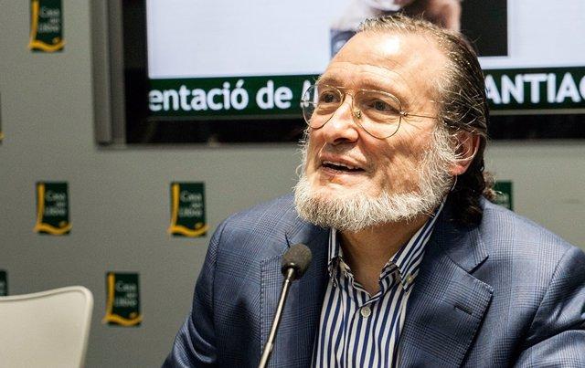 Santiago Niño-Becerra presentando su libro