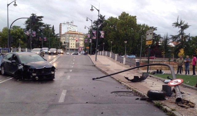 Coche tras colisionar contra un semáforo en Badajoz